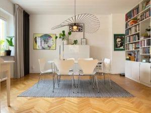 Privatuthyrning tvåfamiljshus vardagsrum sjuan arne jacobsen vertigo taklampa petite friture @RikaKvinnor.se
